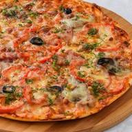 Пицца с языком и беконом Фото
