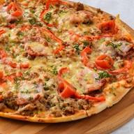 Пицца с мясным фаршем и копченостями Фото