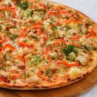 Пицца с куриным филе и ананасом Фото