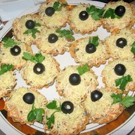 Тарталетки с курицей и маслинами Фото
