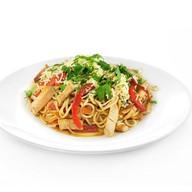 Спагетти с курицей и овощами Фото