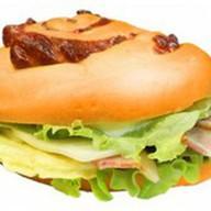 Сэндвич с беконом и омлетом Фото