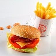 Бургер с беконом и картофель фри Фото