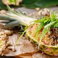 Жареный рис с креветками и курицей Фото