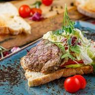 Стейк-салат с овощами на чиабате Фото