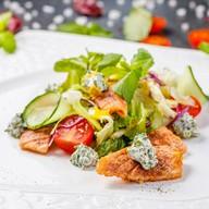 Салат с теплым лососем и мятным сыром Фото