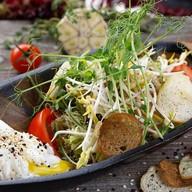 Салат с курицей терияки и яйцом пашот Фото
