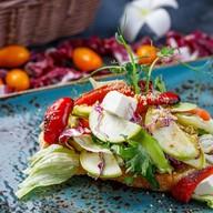 Овощной микс с авокадо на чиабате Фото