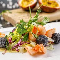 Салат с креветками и тропическим соусом Фото