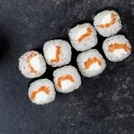 Ролл с лососем и сливочным сыром Фото