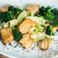 Феттуччине с лососем и овощами Фото