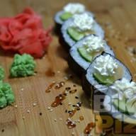 Ролл Ика с огурцом и сливочным сыром Фото