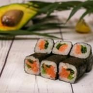 Ролл с копченым лососем и луком Фото