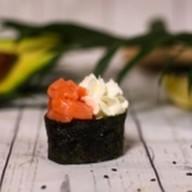 Суши с лососем и сыром филадельфия Фото