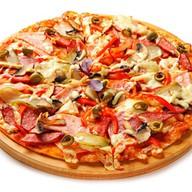 Пицца сливочная с курицей и беконом Фото
