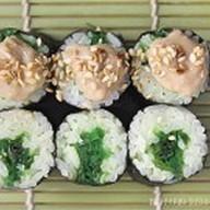 Классический ролл с чукка салатом Фото