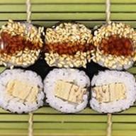 Классический ролл с японским омлетом Фото