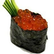 Гункан с икрой лосося Фото