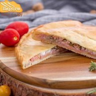 Пицца-пирог ветчина, помидоры и брынза Фото