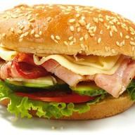 Гамбургер с беконом и огурчиками Фото