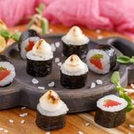 Опаленный ролл с копченым лососем,луком Фото