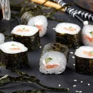 Ролл с копченым лососем, сыром и огурцом Фото