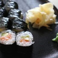 Ролл лососем и авокадо Фото