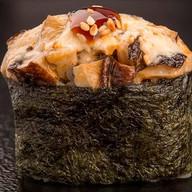 Гункан запеченный острый с гребешком Фото