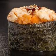Гункан запеченный острый с лососем Фото