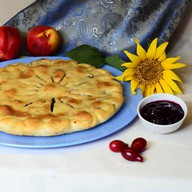 Пирог с черной смородиной и яблоком Фото