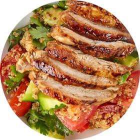 Салат из овощей с киноа,опаленной курицы - Фото