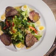 Салат с запеченной телятиной и соусом Фото