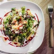 Салат с рукколой, миндалем и сыром Фото