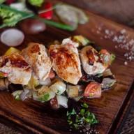 Филе цыпленка и салат из печеных овощей Фото