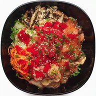 Поке с лососем, редисом и томатами Фото