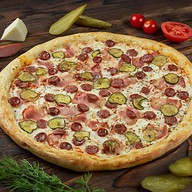 Пицца с охотничьими колбасками и беконом Фото