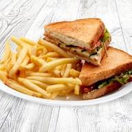 Сэндвич с курицей и беконом + фри Фото