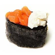Гункан с копченым лососем и сыром Фото