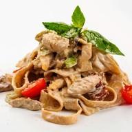 Папарделле с куриным филе и грибами Фото