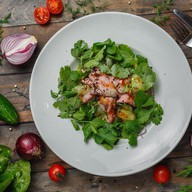 Микс салатов с запеченной говядиной Фото