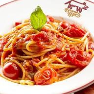 Спагетти со свежими черри и базиликом Фото