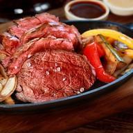 Сочная говядина с овощами гриль Фото