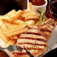 Сочный стейк из свинины с картофелем Фото