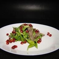 Теплый салат с куриной печенью,гранатом Фото