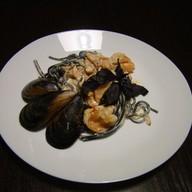 Спагетти неро с морепродуктами Фото