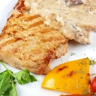 Куриный стейк с грибным соусом Фото