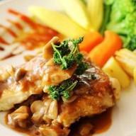 Куриный стейк с овощным соусом Фото