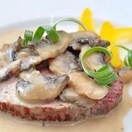 Стейк из телятины с грибным соусом Фото