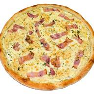 Сырная пицца с беконом Фото
