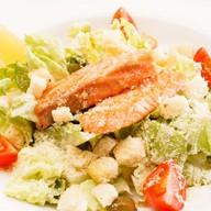 Салат Цезарь с лососем Фото